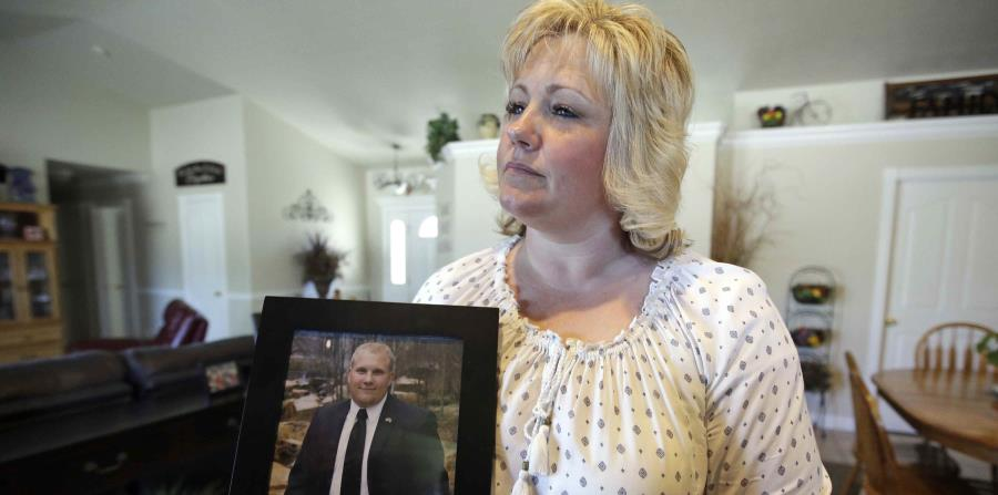 Fotografía de archivo del 13 de julio de 2016 de Laurie Holt mostrando una fotografía de su hijo Josh Holt en su casa en Riverton, Utah. (horizontal-x3)