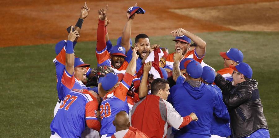 El receptor Jonathan Morales, al centro, conectó el cuadrangular que le dio la victoria a los Criollos de Caguas. (AP) (horizontal-x3)