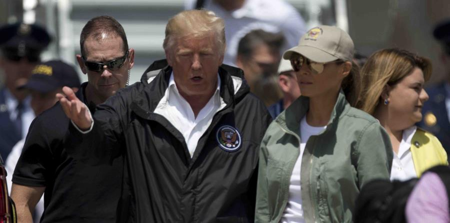 El presidente Donald Trump, junto a su esposa Melania, a su llegada a Puerto Rico tras el paso del huracán María. (horizontal-x3)