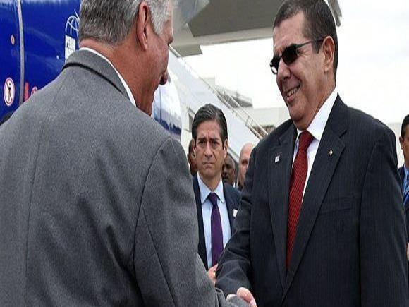 El presidente cubano, Miguel Díaz-Canel (izquierda), saluda al representante permanente de Cuba ante la ONU en Nueva York y embajador en Washington, José Ramón Cabañas, en La Habana. (EFE) (horizontal-x3)