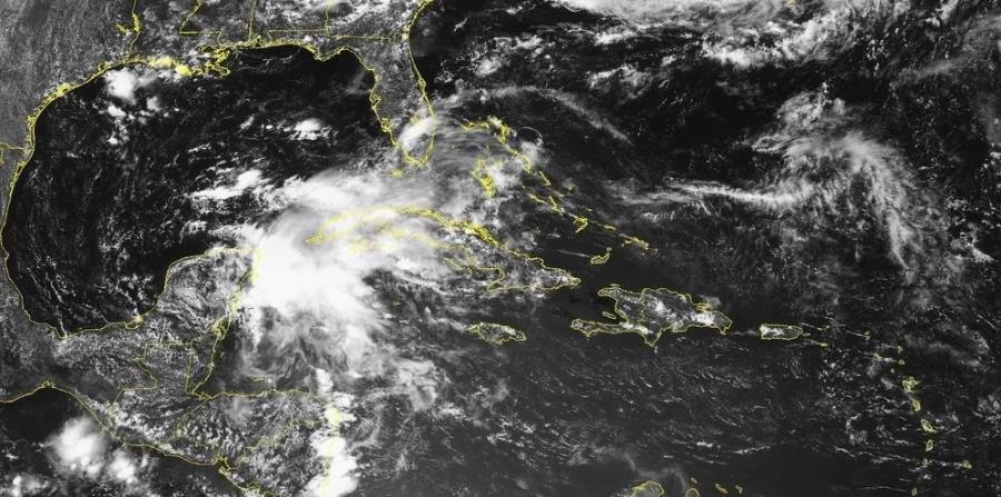 Imagen de satélite de la baja presión en momentos en que se encuentra sobre la Península de Yucatán. (Captura / NOAA) (horizontal-x3)