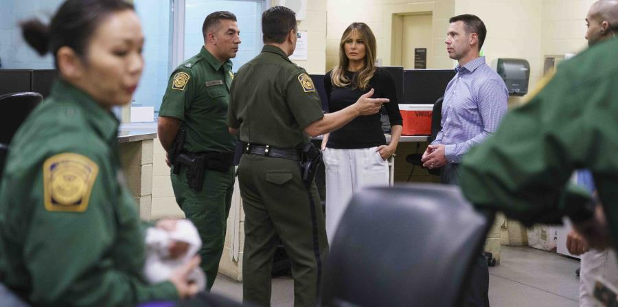 La primera dama estadounidense Melania Trump en una instalación en Tuscan. (AP) (horizontal-x3)