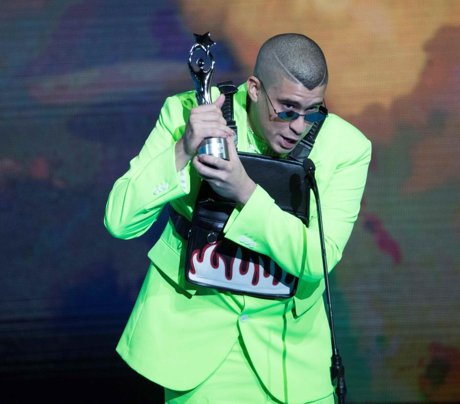 El artista puertorriqueño Bad Bunny recibe un reconocimiento durante la ceremonia de entrega de los Premios Soberano celebrada este martes en Santo Domingo. (EFE) (semisquare-x3)
