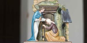 Talladores locales recrean estampas del rosario católico