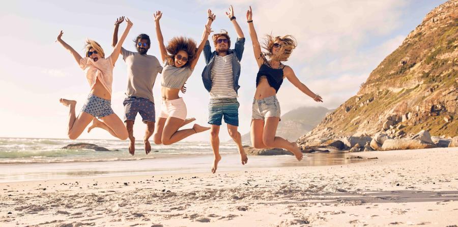 Amigos saltando en la playa