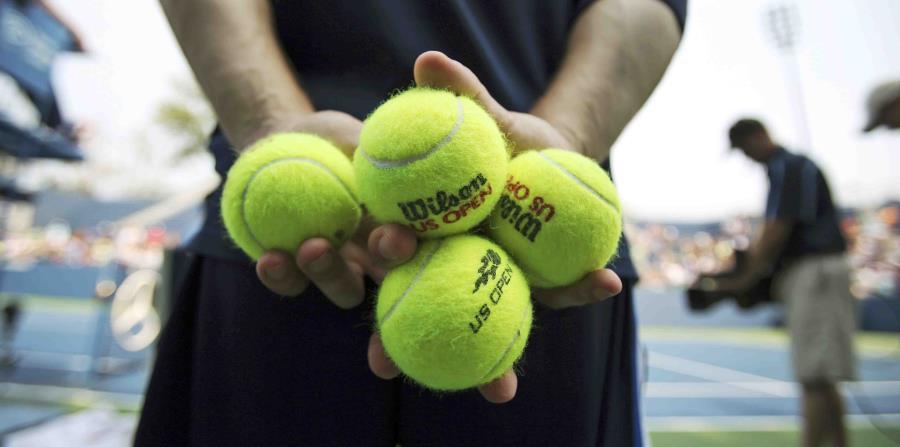 Un miembro del personal que recoge pelotas sigue las acciones de un partido del U.S. Open en Nueva York. (horizontal-x3)