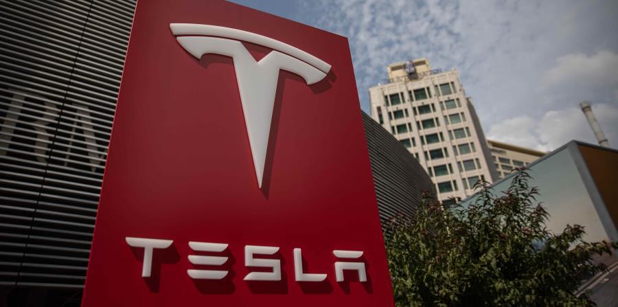 Vista del logotipo de la compañía estadounidense Tesla en su sede de Pekín, China. (EFE) (horizontal-x3)