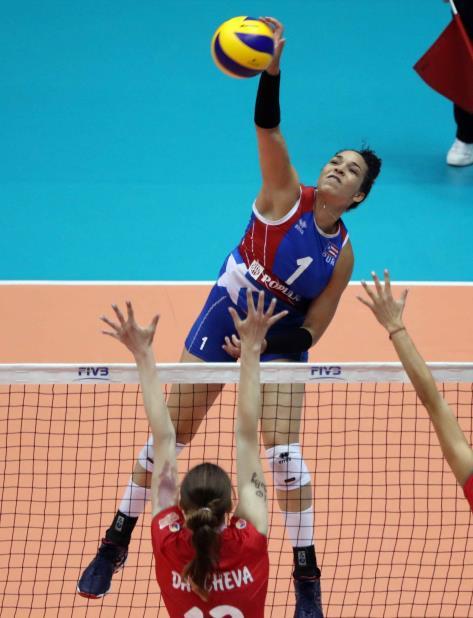 La esquina Daly Santana (rematando) es una de las integrantes de la Selección que participará en la XVII Copa Panamericana. (vertical-x1)