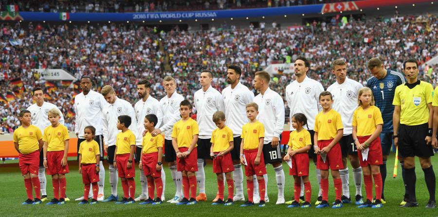 La niña puertorriqueña Emiliana (tercera desde la ezquierda) junto al futbolista alemán Timo Werner. (Suministrada) (horizontal-x3)