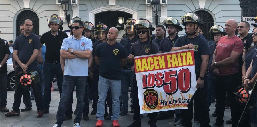 Los 45 bomberos realizaron ayer en la tarde una vigilia. (Betsy Ortiz) (horizontal-x3)