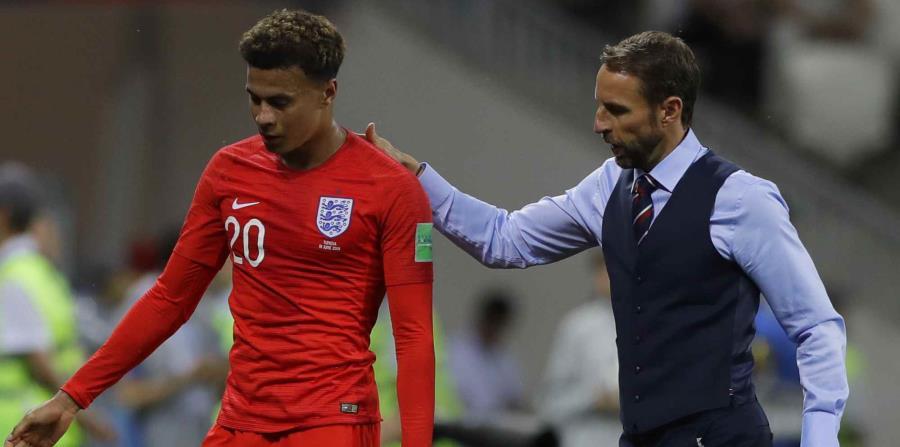 El técnico de Inglaterra Gareth Southgate acompaña a Dele Alli después de reemplazarlo con Ruber Loftus-Cheek durante el duelo del Grupo G del Mundial 2018 ante Túnez. (AP) (horizontal-x3)