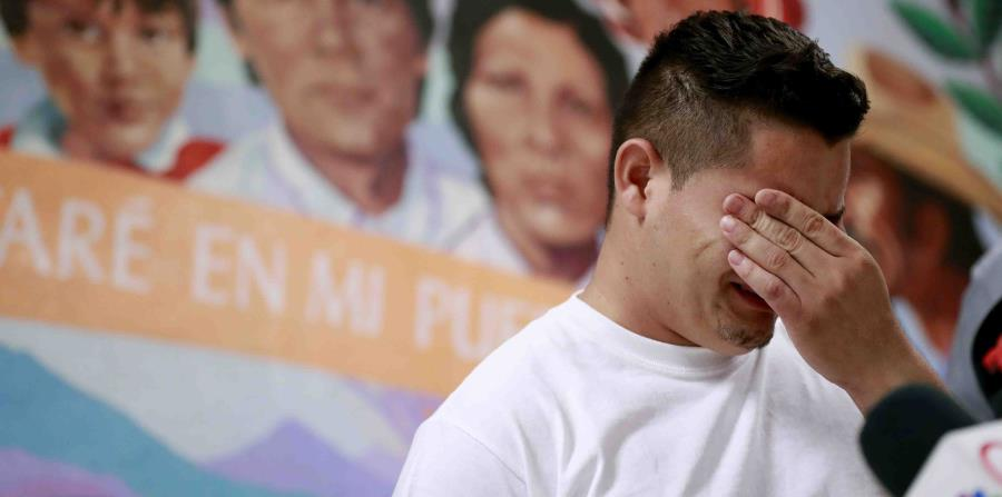 En esta fotografía de archivo del 25 de junio de 2018, Christian, de Honduras, narra cómo lo separaron de su hijo en la frontera, durante una conferencia de prensa en la Casa de la Anunciación en El Paso, Texas. (AP) (horizontal-x3)