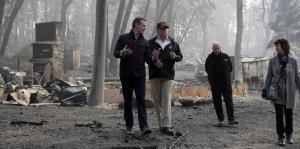 Trump inspecciona la devastación causada por el incendio más mortal del último siglo en Estados Unidos