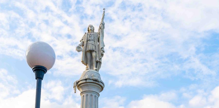 """Escriben """"genocida"""" en la estatua de Cristóbal Colón en el Viejo San Juan"""