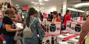 Consumidores madrugan en busca de freidoras de aire y los mejores especiales