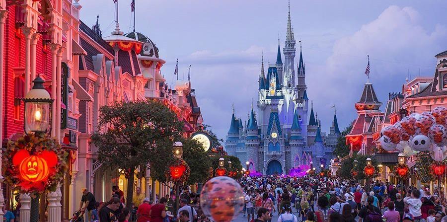 La divertida iluminación, decoración de otoño y los Jack-O-Lanterns con forma de Mickey Mouse preparan el escenario en Magic Kingdom para la fiesta de Halloween.   (Suministrada)