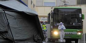 Países europeos se ven forzados a levantar carpas de hospitales ante la escasez en camas