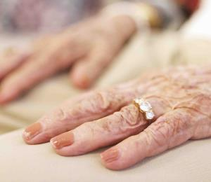 Encuentran causa para juicio contra mujer por maltratar envejeciente