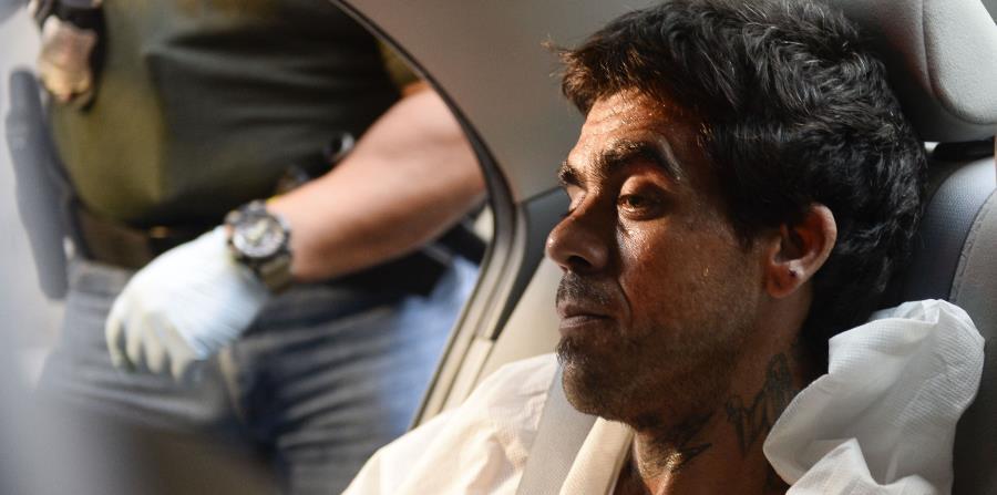 Steven Sánchez Mártir es transportado en esposas hacia la Comandancia de Caguas. (horizontal-x3)