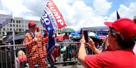 La lluvia no frena el fervor de los fanáticos de Trump en Orlando