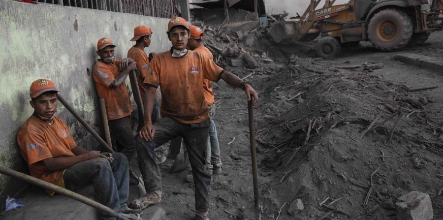 Rescatistas reunidos en la zona de desastre, cubierta en ceniza volcánica cerca de Volcán de Fuego, en El Rodeo, un poblado de Escuintla, Guatemala, (horizontal-x3)