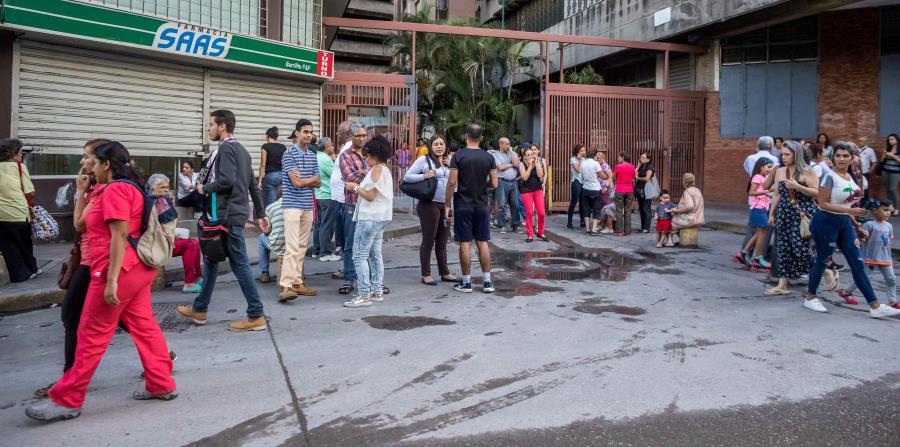 La gente salió a la calle tras el movimiento. (AP) (horizontal-x3)