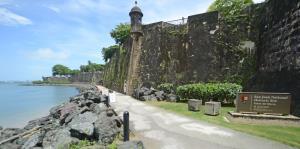 Clausuran zonas históricas de San Juan por posible derrame de petróleo