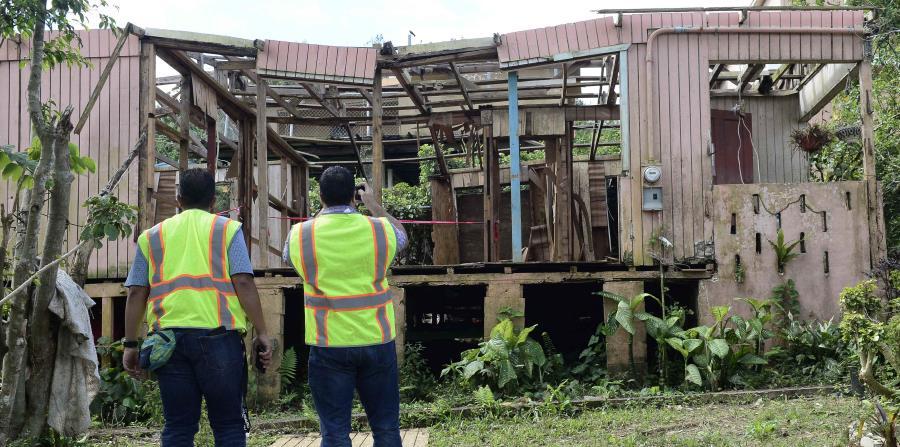 Empleados de FEMA evalúan una residencia en Aibonito. (horizontal-x3)