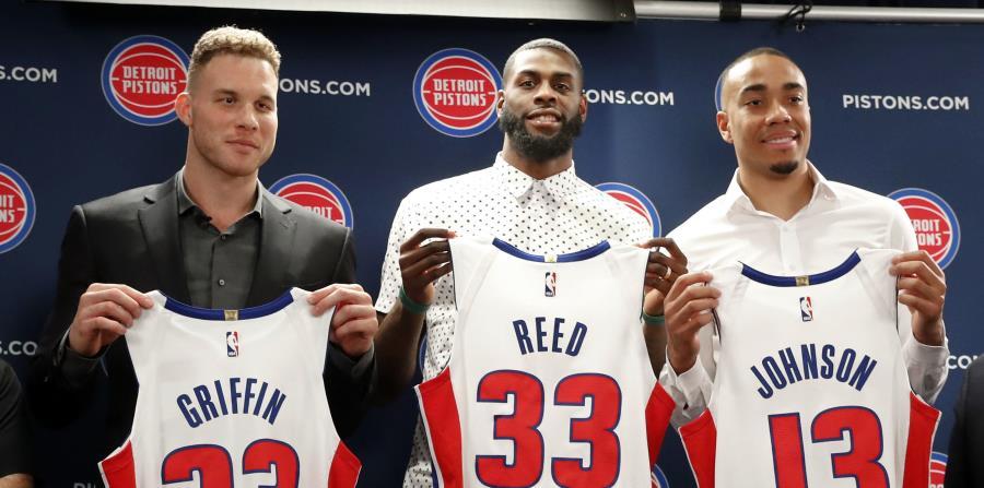 Blake Griffin, Willie Reed y Brice Johnson posa con sus nuevos uniformes durante la conferencia de prensa de los Pistons. (AP) (horizontal-x3)