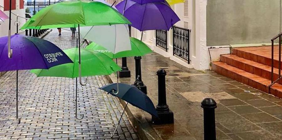 Parte de las sombrillas que se cayeron en la calle Fortaleza (horizontal-x3)