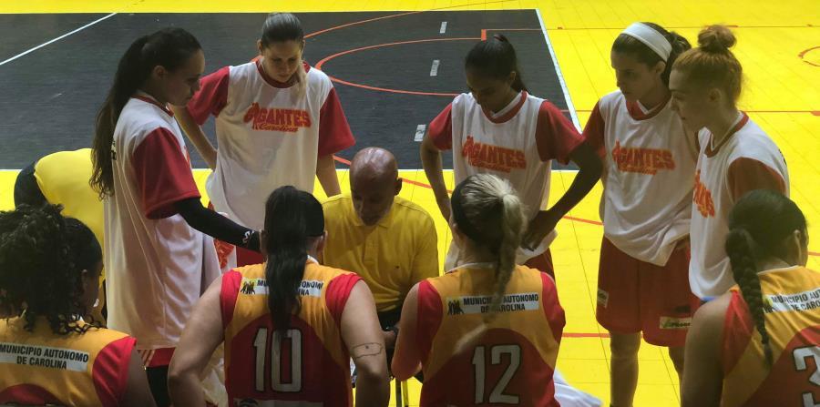 El dirigente de las Gigantes de Carolina, Carlos Calcaño, habla con sus jugadoras en un tiempo pedido.  (Suministrada) (horizontal-x3)