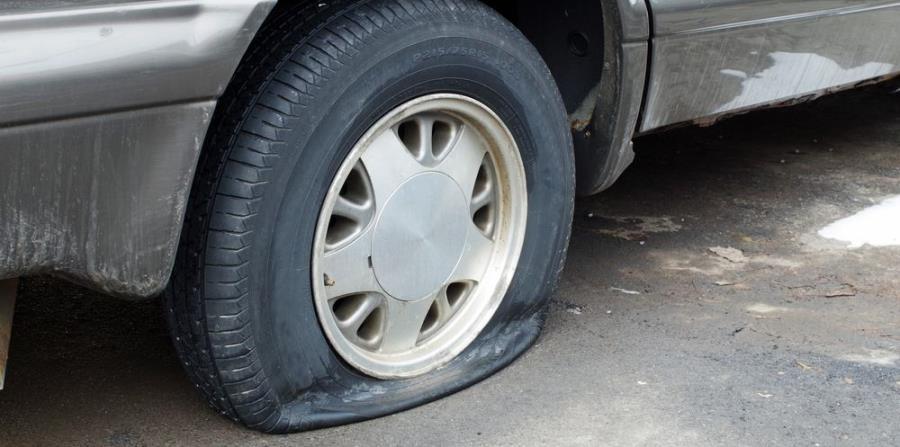 Cuando te detengas, ten mucho cuidado al bajarte del auto. (Shutterstock)