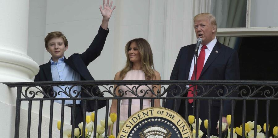 Barron Trump junto a su mamá y su papá, el presidente Donald Trump (horizontal-x3)