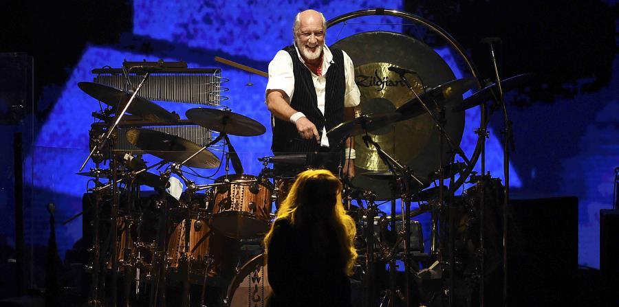 Mick Fleetwood (detrás) y Stevie Nicks, de la banda Fleetwood Mac, actúan durante la entrega del premio a la Persona del Año de MusiCares, concedido a su grupo, en el Radio City Music Hall de Nueva York, el 26 de enero de 2018. (AP/Evan Agostini/Invision) (horizontal-x3)