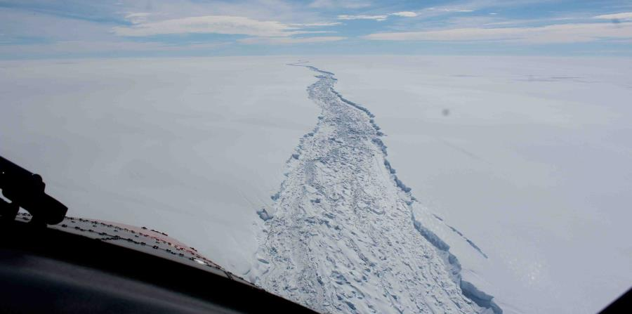 Iceberg colosal se separa de una plataforma en la Antártida (horizontal-x3)