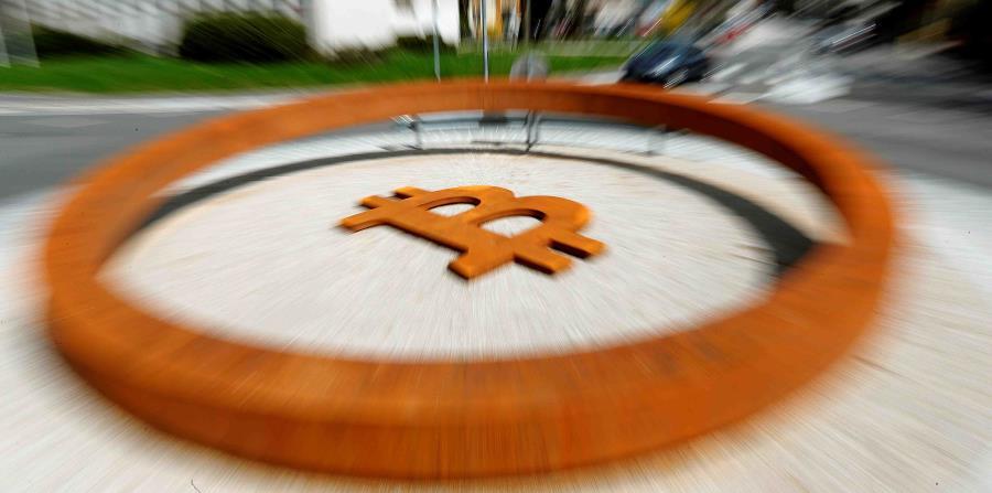 Fotografía con efecto zoom del monumento dedicado a la criptomoneda Bitcoin en Kranj, Eslovenia (horizontal-x3)