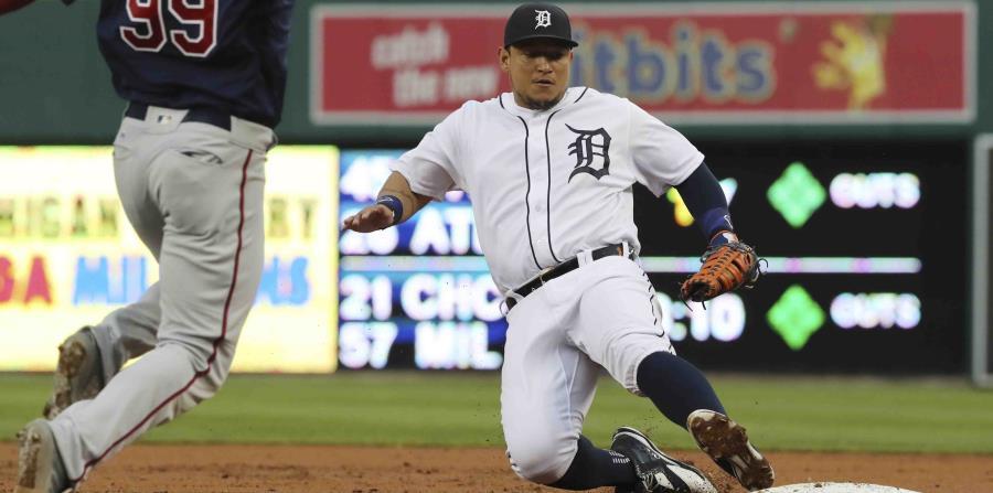 El venezolano Miguel Cabrera de los Tigres de Detroit se desliza en primera base. (horizontal-x3)