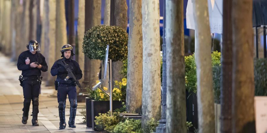 Oficiales de la Policía francesa custodian la zona donde ocurrió el ataque terrorista. (horizontal-x3)