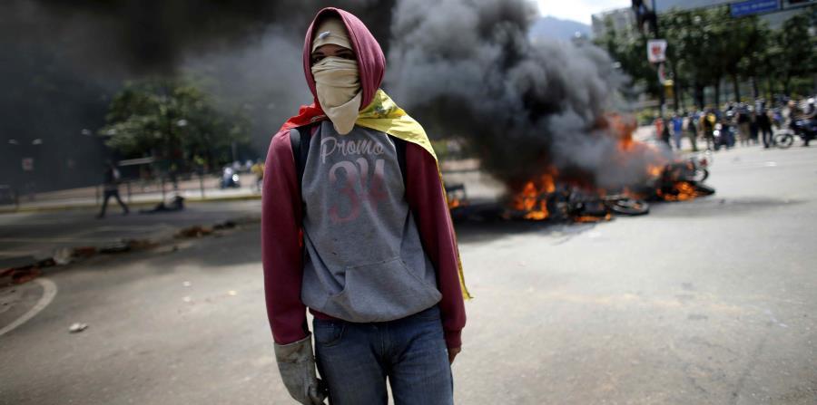 La crisis en Venezuela comenzó con la caída de los precios del petróleo a nivel internacional. Le siguió una desestabilización política. El Banco Mundial estima que este país experimentará una caída de 7.7% en el PIB real este año. (horizontal-x3)