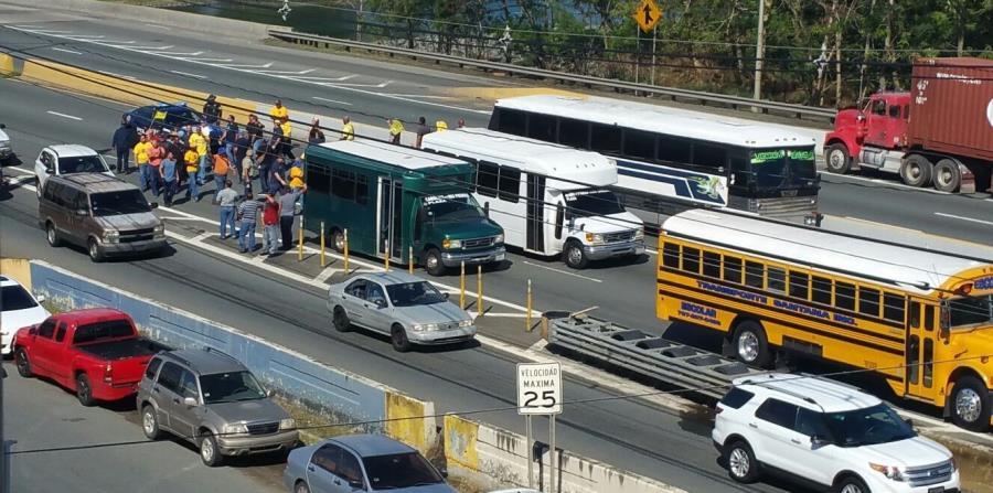 Los camioneros esperan a que haya más quórum para salir al Capitolio. (horizontal-x3)