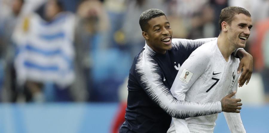 El delantero de Francia Antoine Griezmann (derecha) festeja con Presnel Kimpembe tras la victoria 2-0 ante Uruguay en los cuartos de final del Mundial en Nizhny Novgorod, Rusia. (AP) (horizontal-x3)
