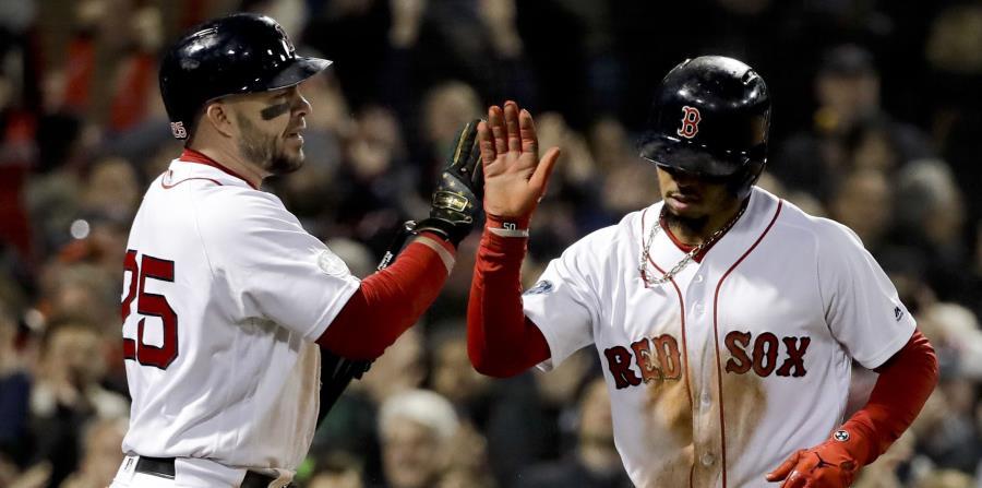Mookie Betts es feliticado por Steve Pearce luego de anotar una carrera por Boston.  (AP / David J. Phillip) (horizontal-x3)