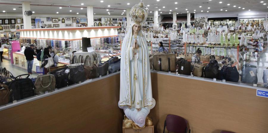 Figura de Nuestra Señora de Fátima en una tienda de objetos del Santuario de Fátima en Fátima, Portugal. (horizontal-x3)