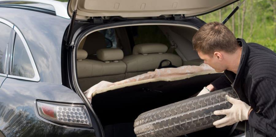 Guarda la goma usada en el baúl de su auto. (Shutterstock)