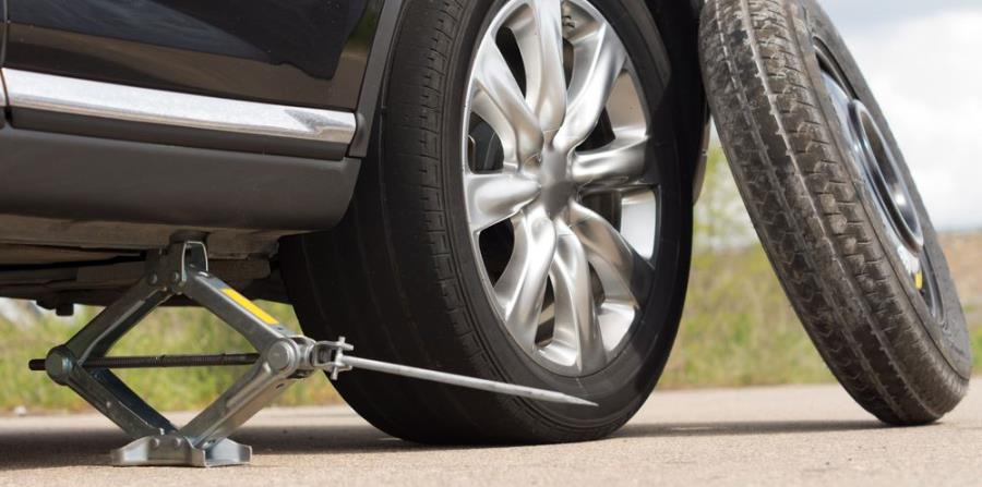 Coloca el gato en la marca indicada en el chasis del auto. (Shutterstock)
