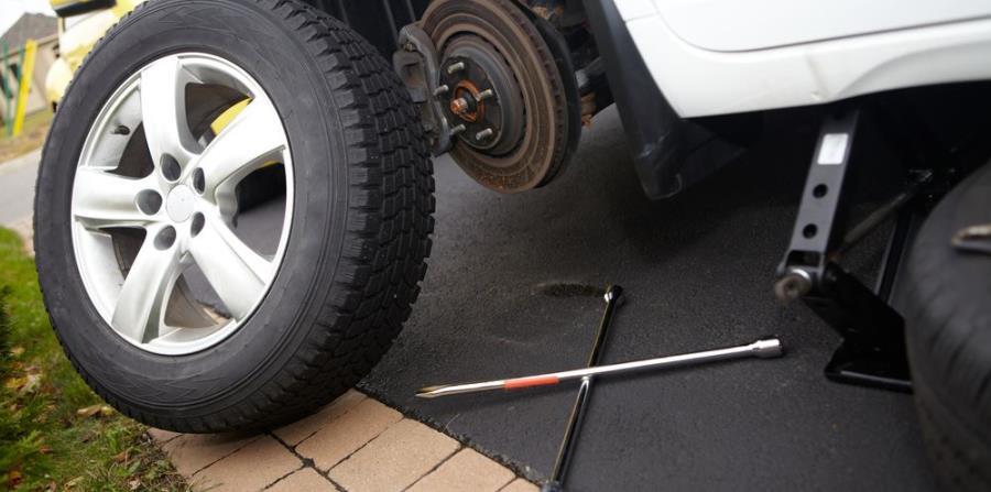 Quita todas las tuercas y remueve cuidadosamente la goma. (Shutterstock)