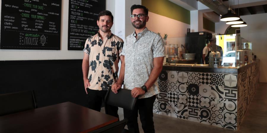 Arriba, los hermanos Joel y Javier Pierluisi Cordero, propietarios de Stuffed Avocado Shop. Abajo, el local. (horizontal-x3)