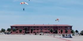 Un paracaidista pierde el control y se estrella contra un tejado