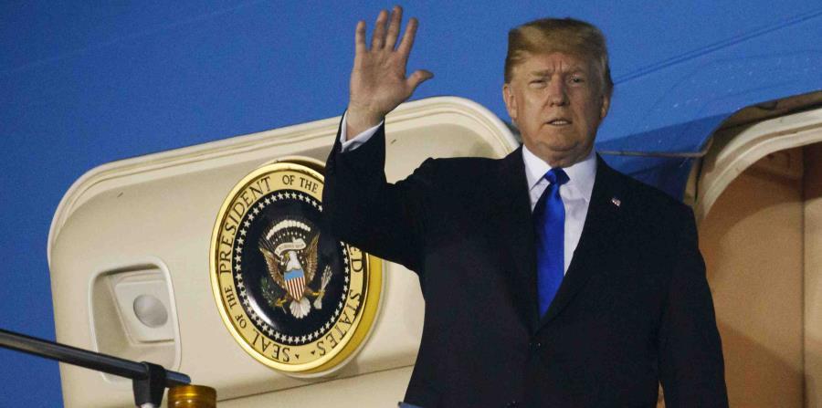 El presidente estadounidense Donald Trump llega a la base aérea Paya Lebar para una reunión con el líder norcoreano Kim Jong Un, el domingo 10 de junio de 2018, en Singapur. (AP) (horizontal-x3)
