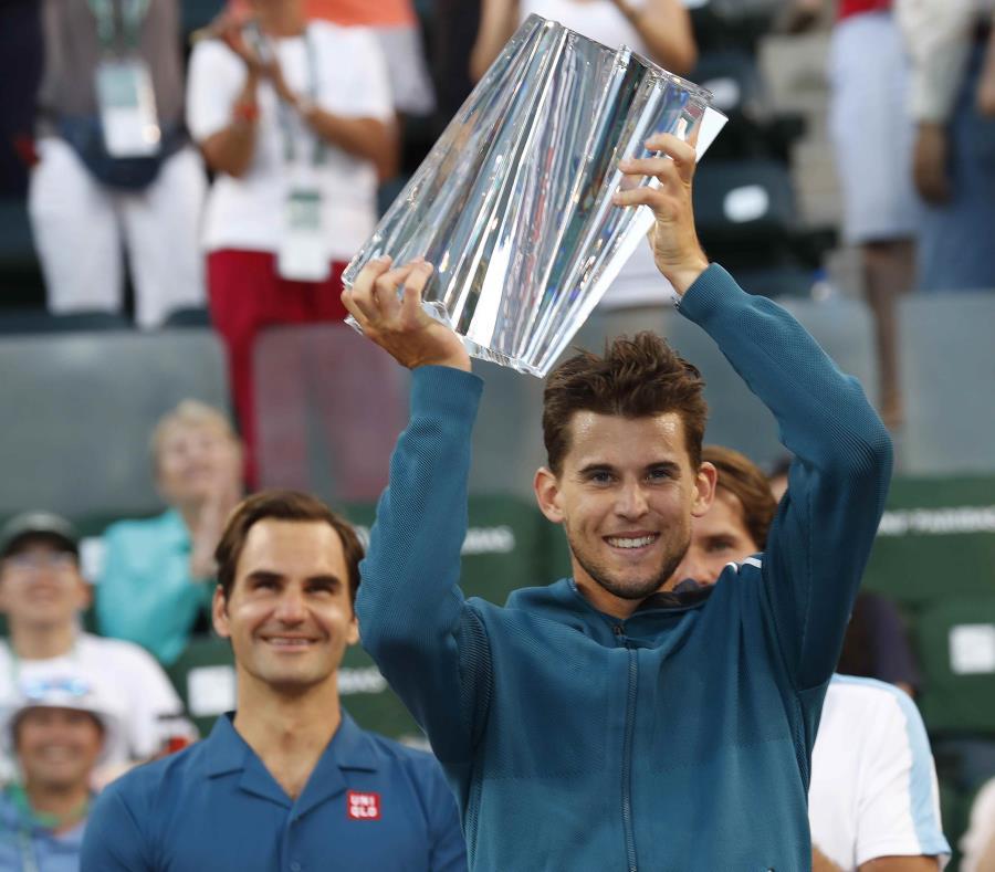 Thiem alza el trofeo mientras Federer lo observa. (EFE) (semisquare-x3)